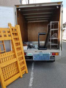 家財を積み込んだトラック