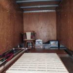 トラックに積まれた家具類