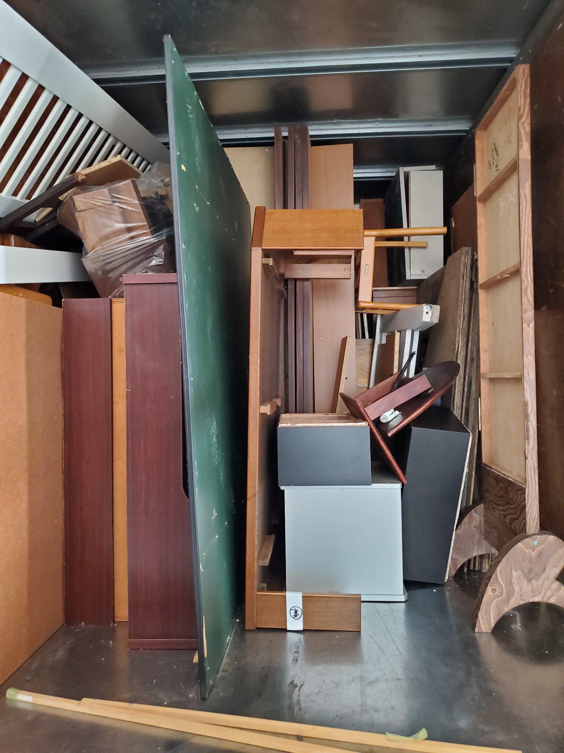 トラックに積まれた家具