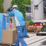荷物を運ぶ男性